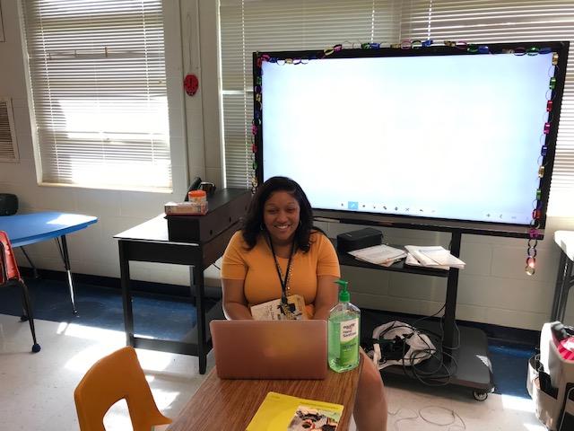 Ms. Sistrunk teaching her virtual 4th grade class.