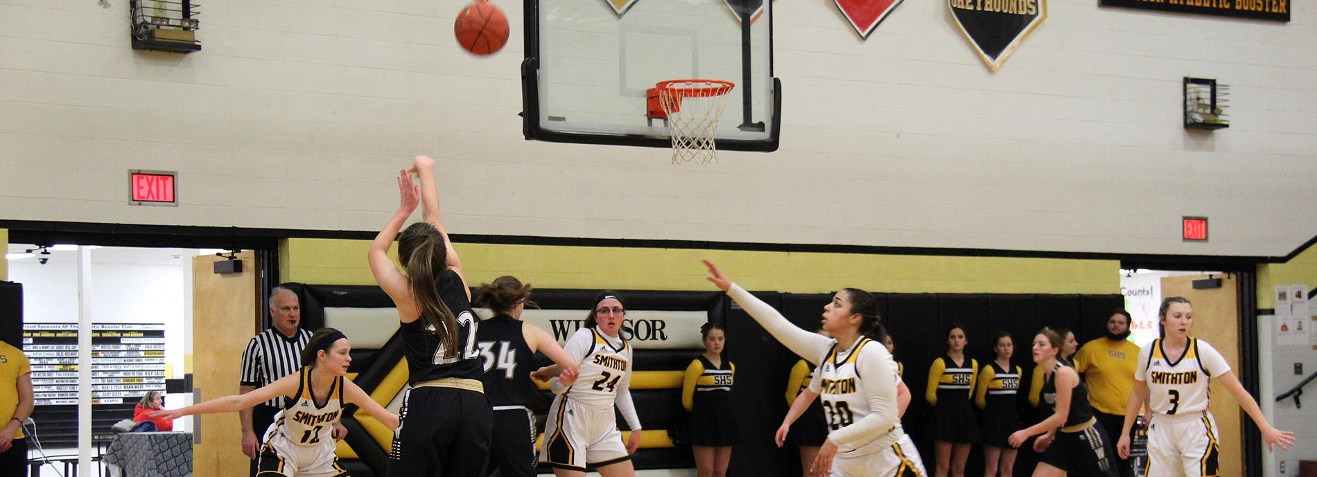 charlotte lloyd shooting basketball