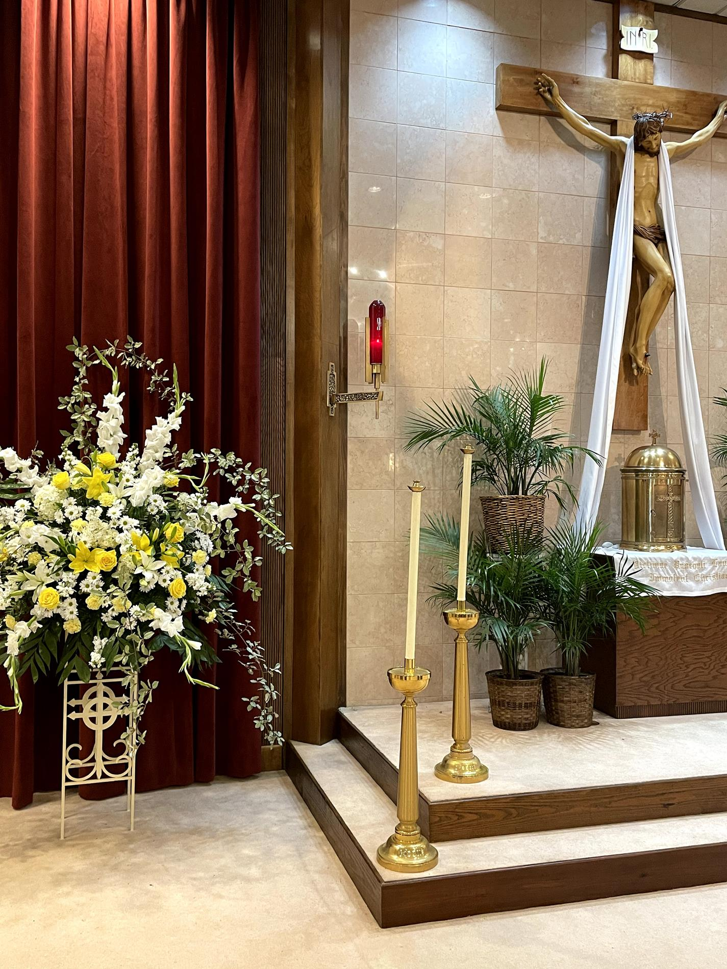 Beautiful flowers by Lisa Smith complement the altar