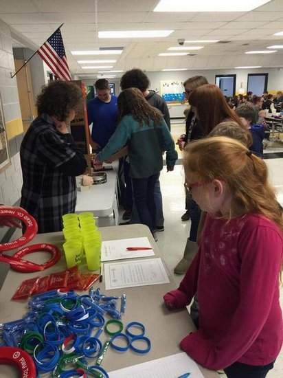 DWS students signing the pledge.